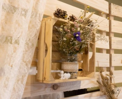 Дървена щайга със сухи цветя за декорация на гръб за сватбена маса