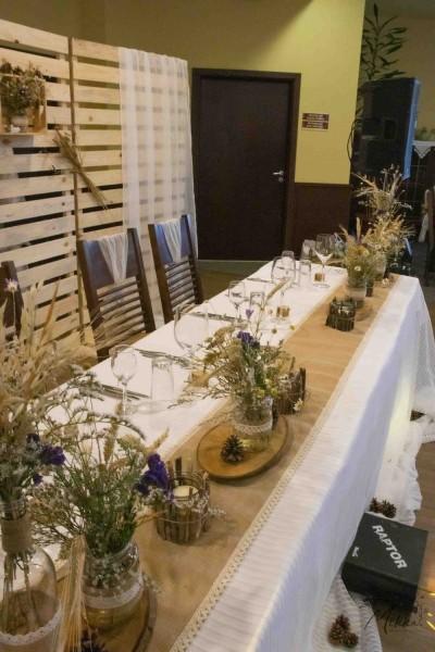 Сватбена маса декорирана със зебло, дантела и сухи цветя в рустик стил