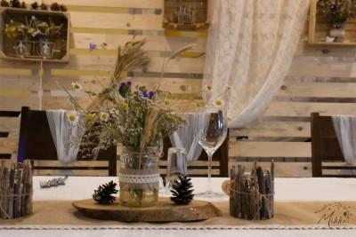 Аранжировка с пънче, ваза със сухи цветя и свещници за сватбена маса