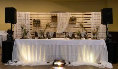Сватбена маса с дантела и зебло и дървени пана с декорация
