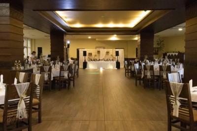 Декориран на сватбена зала с панделки за столове и диви цветя