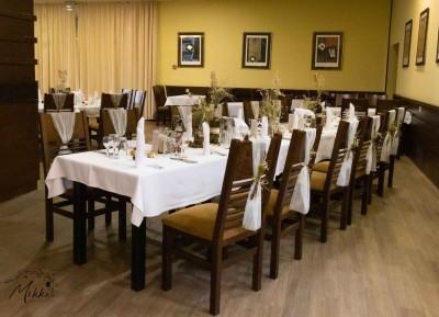 Декориране на маса за гости за рустик сватба - пънчета, вази, сухи цветя, свещници, бутилки, панделки
