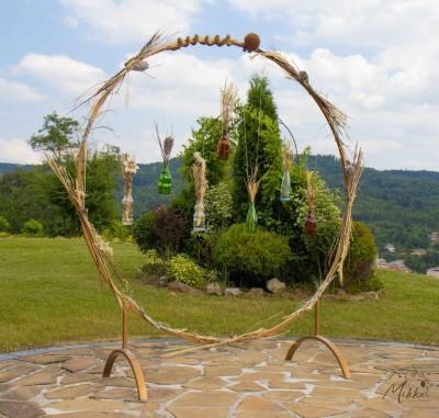Кръгла сватбена арка декорация от бутилки и сухи цветя за изнесен ритуал