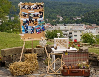 Фотокът за изнесен ритуал в рустик стил със слама, куфари и рамки