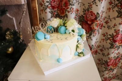 Сватбена торта с френски макарони цветя и топер