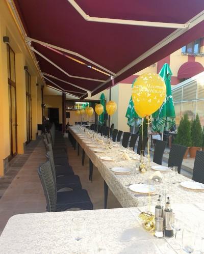 Балони с хелий в златно с надпис Честит Юбилей за декорация на масите