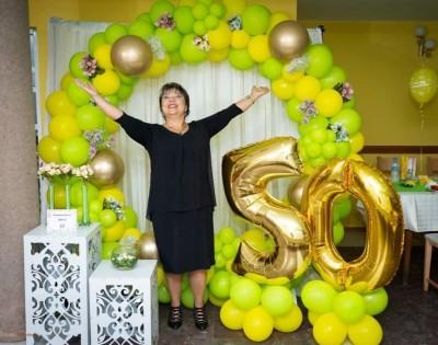 Украса за 50 годишен юбилей на жена в зелено и жълто