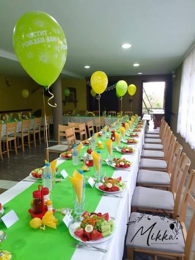 Декорация на ресторант в зелено и жълто за годишнина на жена