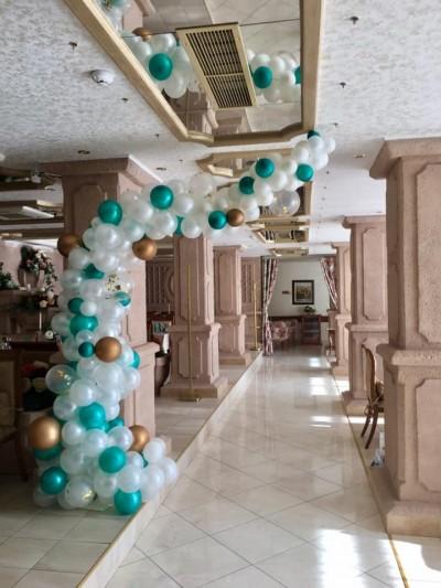 Декорация с арка от балони в зелено за юбилей на мъж