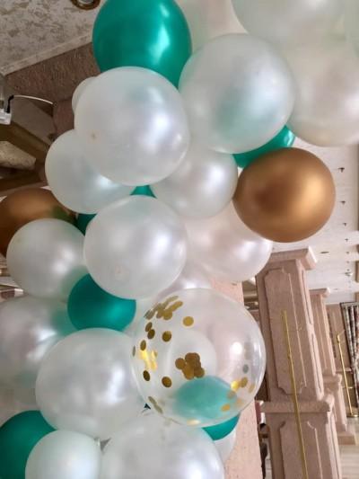 Арка от балони в бяло зелено за декорация на юбилей