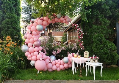 Полуарка в розово и декорация от цветя за абитуриентски бал