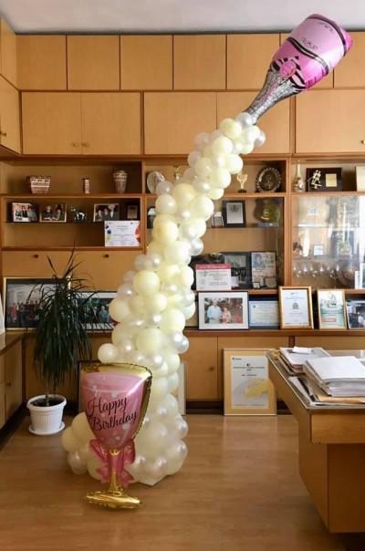 Арка от балони с чаша и бутилка за декорация на рожден ден