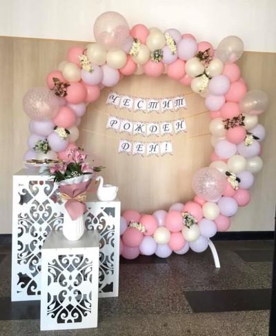 Кръгла арка от балони в пастелни цветове и цветя за рожден ден