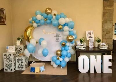 Полуарка от балони в синьо и бяло със златни звези и луна