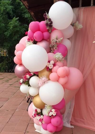 Органична полуарка с огромни балони, хром балони и цветя за декорация на рожден ден