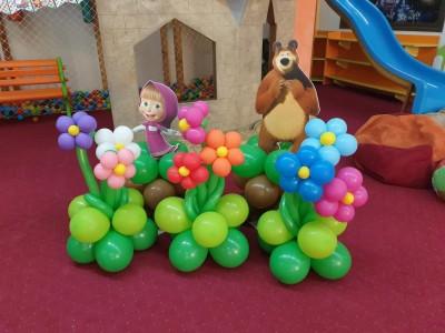 Балонени цветя за декорация на детско парти - Маша и мечока
