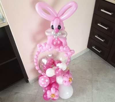 Балонена фигура със зайче за подарък на бебе