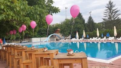 Балони с хелий за декорация на парти на басейн