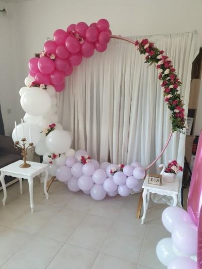 Кръгла арка с балони и цветя в бяло розово и циклама за рожден ден