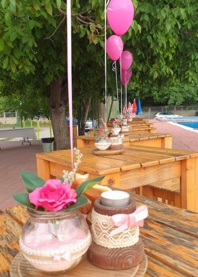 Аранжировка за маса със свещник, ваза и балон с хелий
