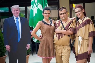 Фигура на Доналд Тръмп и костюми на индианци за тематична вечер