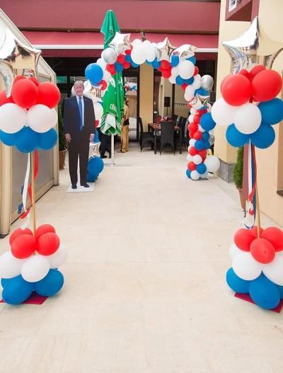 Арка и колони от балони в бяло синьо и червено за декорация на американска тема