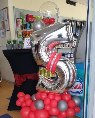 Фигура от балони с цифра за декорация на пети рожден ден