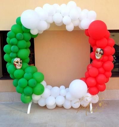 Кръгла арка с балони с цветовете на италианското знаме
