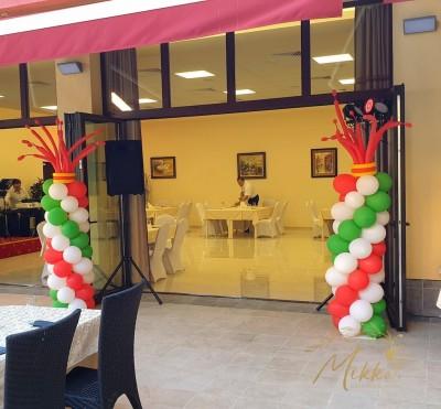 Колони от балони с клоунски шапки за декорация на италианско събитие