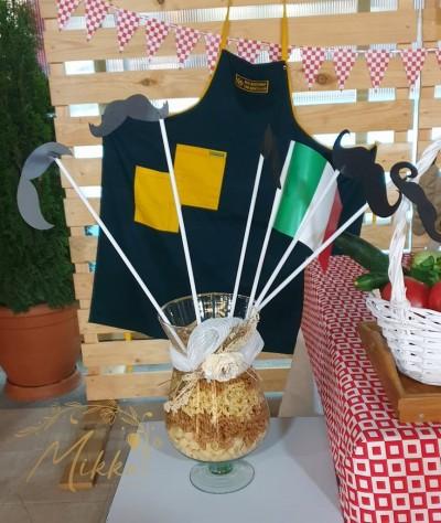 Аранжировка с макарони и мустаци за декорация на тема пицария
