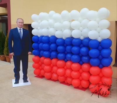 Флаг от балони - руско знаме и фигура на Путин за тематична вечер
