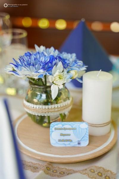 Аранжировка за декорация на маса с естествени цветя, свещ и табелка за Свето кръщение