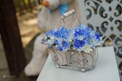 Цветна аранжировка с естествени цветя в синьо за декорране на сладка маса
