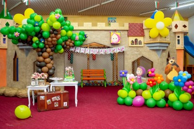 Детски рожден ден на тема Маша и Мечока с дърво и цветя от балони