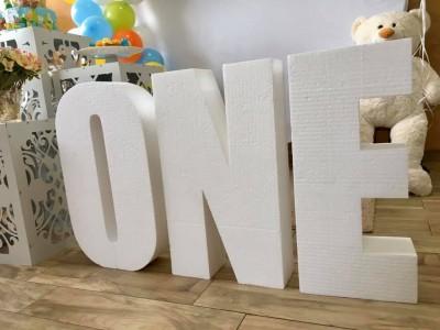 Обемни букви ONE за декорация на първи рожден ден