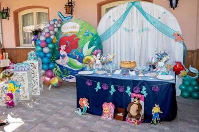 Фотокът с винил, завеси, балонена арка и фигури на тема Малката русалка Ариел