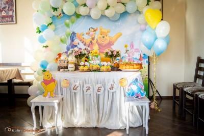 Фотокът с арка от балони и сладка маса на тема Мечо пух