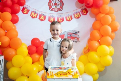 Фотокът за детски рожден ден с арка от балони на тема Пожарна