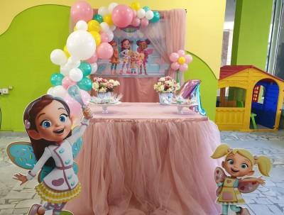 Фотокът с балонена арка, фигури и сладка маса на тема Кафенето на масленка