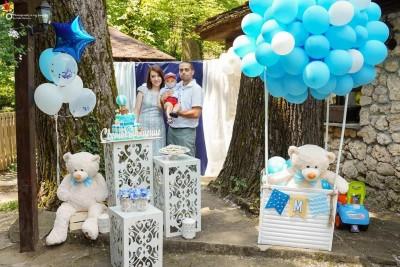 Фотокът за свето кръщение и рожден ден на момче с мече в балон