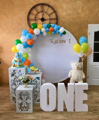 Фотокът с кръгъл фон и арка от балони за първи рожден ден
