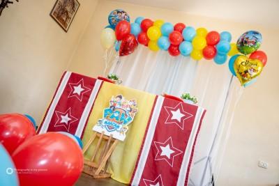 Фотокът с балонена арка и балони с хелий за детски рожден ден на тема Пес патрул