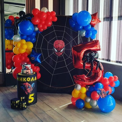 Фотокът за детски тожден ден с балонена украса на тема Спайдърмен