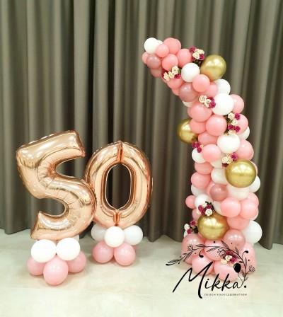 Фотокът за юбилей в розово и бяло с полуарка от балони