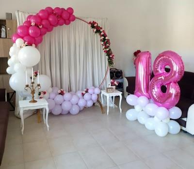 Фотокът с арка от балони и обемни цифри 18