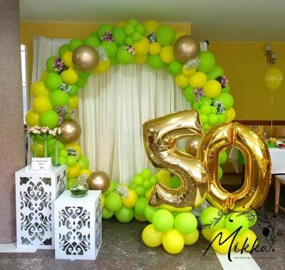 Фотокът за юбилей в жълто и зелено за декорация на ресторант