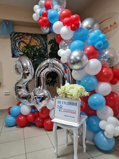 Фотокът с арка от балони и обемни цифри за фирмено събитие