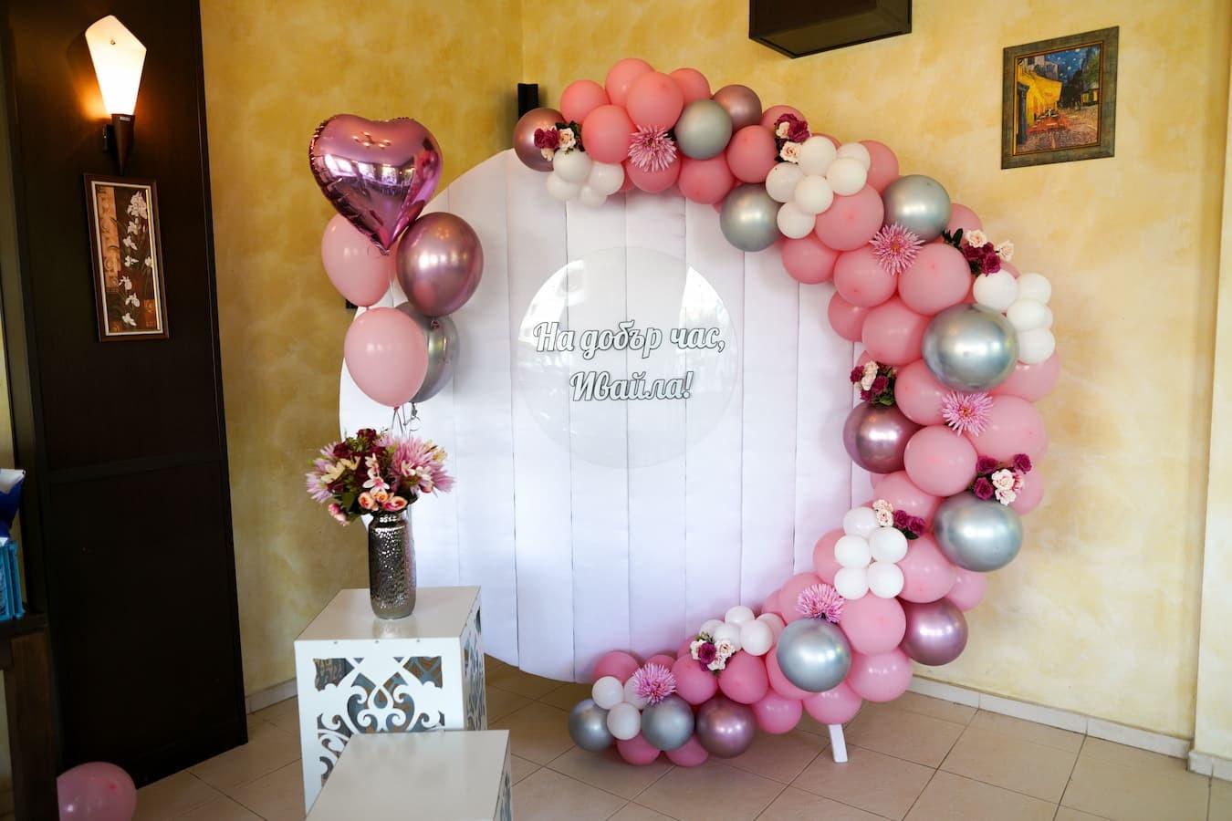 Декорация на абитуриентски бал за момиче в розово и сребърно
