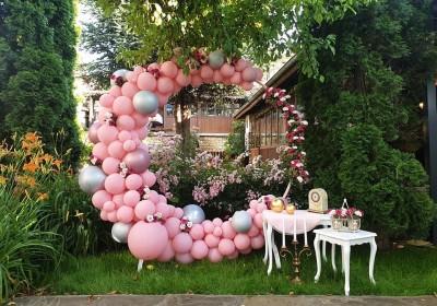 Фотокът за абитуриентки бал с кръгла арка в розово с цветя