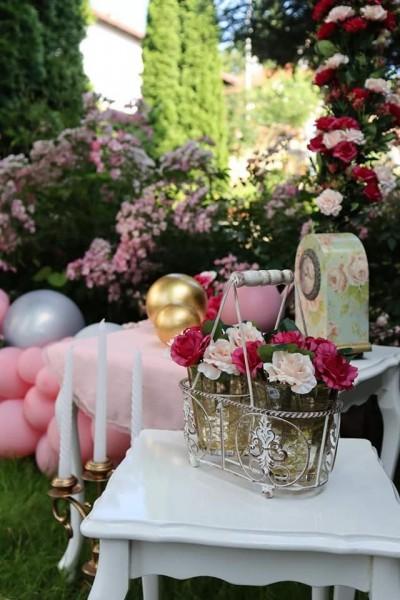 Детайли на декорация в розово и циклама за абитуриентски бал